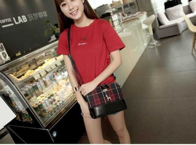 B009 IDR.155.000 MATERIAL CANVAS SIZE L24XH18XW10CM WEIGHT 400GR COLOR RED