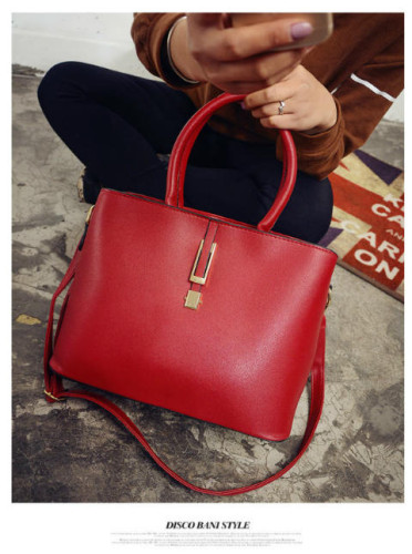 B0600 IDR.186.000 MATERIAL PU SIZE L32XH23XW13CM WEIGHT 850GR COLOR RED.jpg