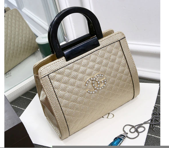 B0602 IDR.182.000 MATERIAL PU SIZE L26XH22XW8CM WEIGHT 750GR COLOR GOLD.jpg