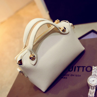B082 IDR.155.000 MATERIAL PU SIZE L24XH16XW8CM WEIGHT 450GR COLOR BEIGE