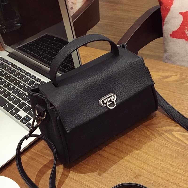 B10730 IDR.149.000 MATERIAL PU SIZE L19XH14XW7CM WEIGHT 450GR COLOR BLACK