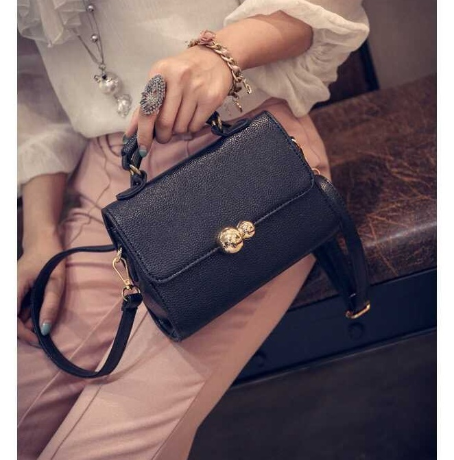 B10850 IDR.145.000 MATERIAL PU SIZE L20XH15XW9CM WEIGHT 550GR COLOR BLACK