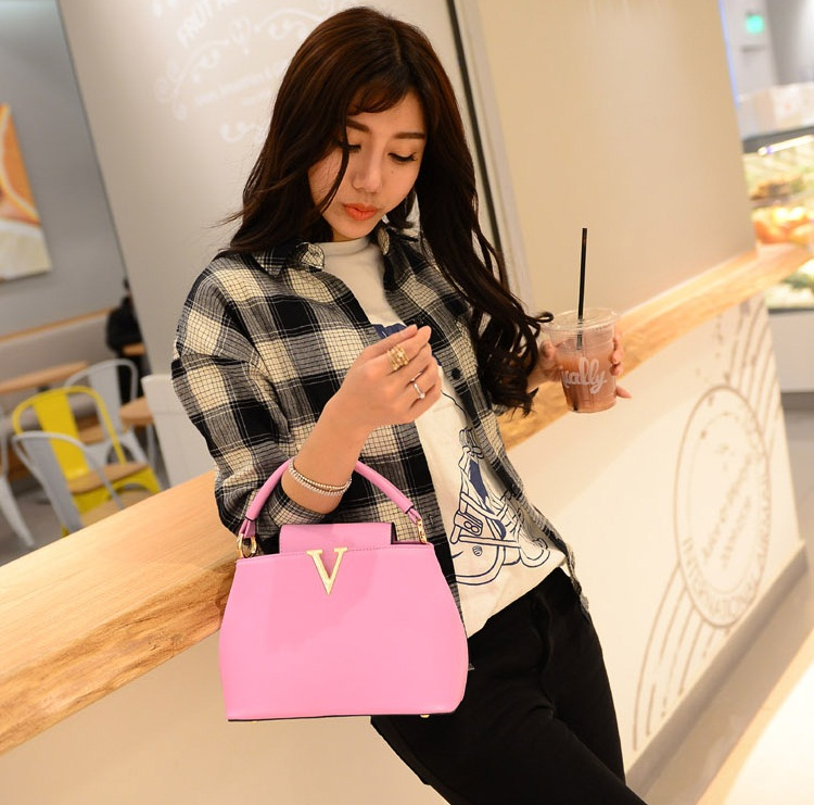 B1093 IDR.195.000 MATERIAL PU SIZE L20-24XH15XW10CM, STRAP 120CM WEIGHT 700GR COLOR PINK