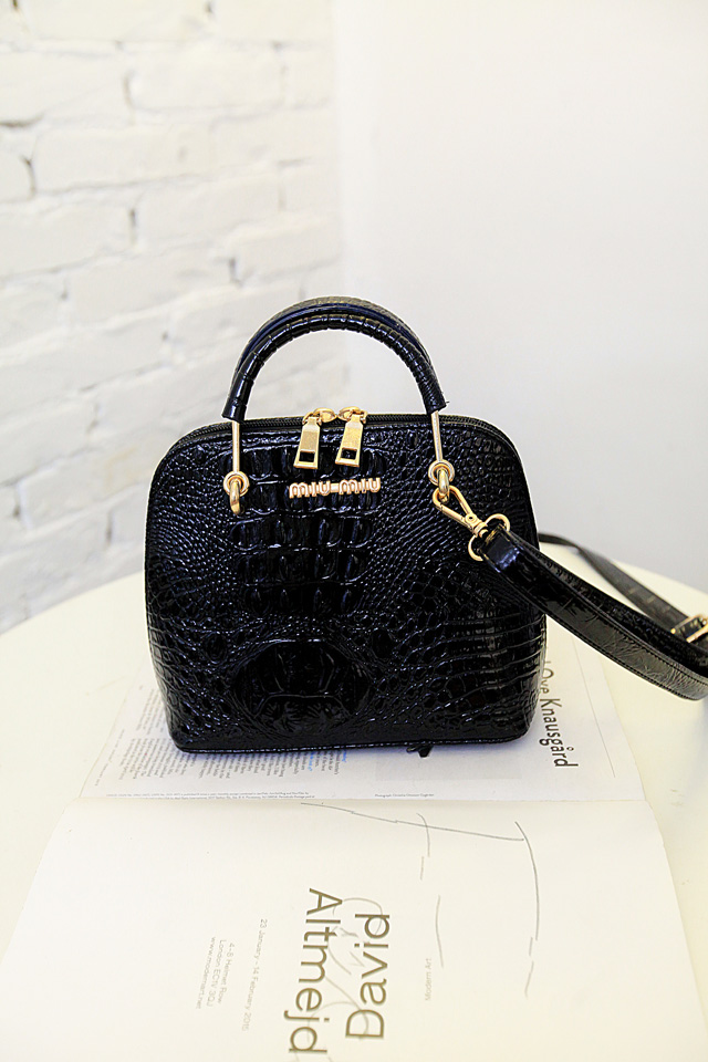 B1145 IDR.175.000 MATERIAL PU SIZE L18XH21XW10CM WEIGHT 650GR COLOR BLACK