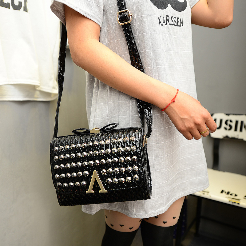 B1201 IDR.170.000 MATERIAL PU SIZE L20XH15XW8CM WEIGHT 500GR COLOR BLACK