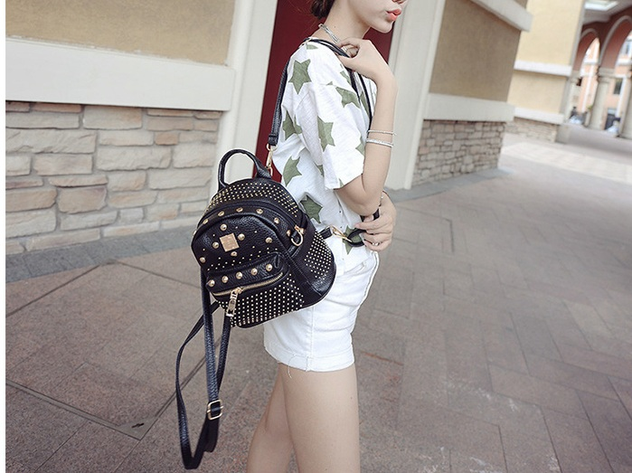 B1206 IDR.178.000 MATERIAL PU SIZE L21XH30XW10CM WEIGHT 600GR COLOR BLACK