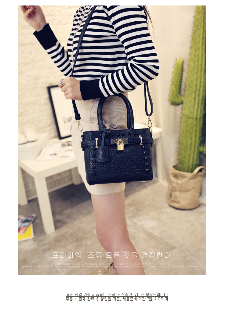 B1212 IDR.169.000 TAS FASHION MATERIAL PU SIZE L20XH17XW9CM WEIGHT 600GR COLOR BLACK
