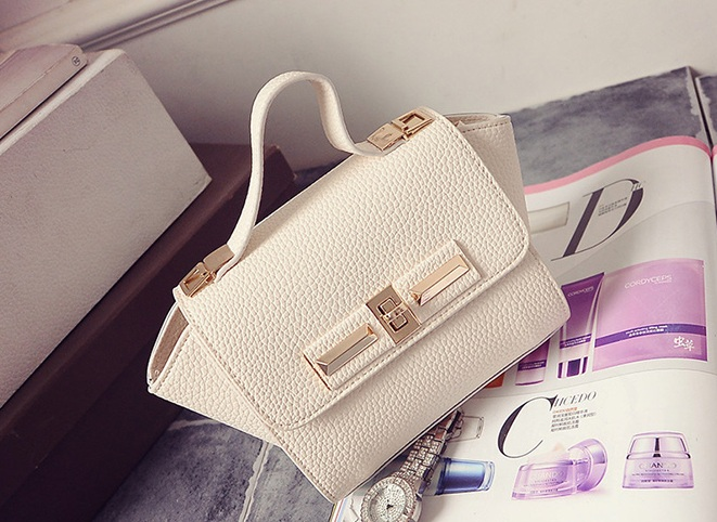 B1229 IDR.150.000 TAS FASHION MATERIAL PU SIZE L26XH14XW10CM WEIGHT 600GR COLOR WHITE