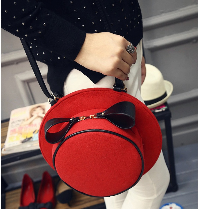 B1426 IDR.147.000 MATERIAL VELVET SIZE L28XH28XW8CM WEIGHT 600GR COLOR RED