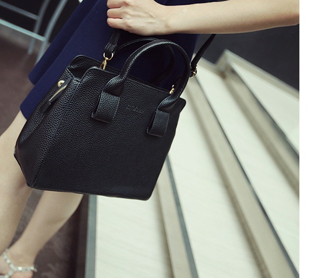B1545 IDR.195.000 MATERIAL PU SIZE L27XH24XW10CM WEIGHT 800GR COLOR BLACK