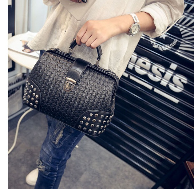 B1695 IDR.190.000 MATERIAL PU SIZE L25-27XH20XW12CM WEIGHT 650GR COLOR BLACK