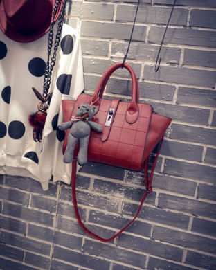 B1856 IDR.186.000 MATERIAL PU SIZE L24XH21XW15CM WEIGHT 800GR COLOR RED