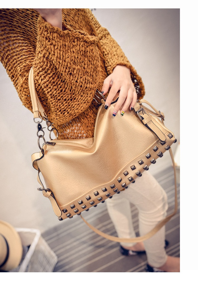 B188 IDR.195.000 TAS FASHION MATERIAL PU SIZE L36XH20XW14CM WEIGHT 900GR COLOR GOLD