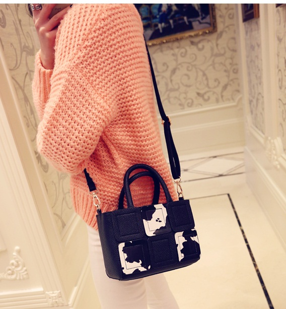 B1994 IDR.170.000 MATERIAL PU SIZE L21XH17XW12CM WEIGHT 700GR COLOR WHITE