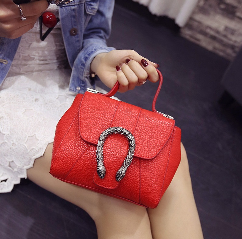 B2025 IDR.155.000 MATERIAL PU SIZE L18XH14XW9CM WEIGHT 550GR COLOR RED