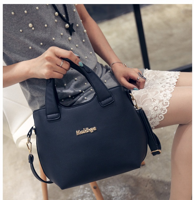 B20500 IDR.155.000 MATERIAL PU SIZE L22XH22XW10CM WEIGHT 700GR COLOR BLACK