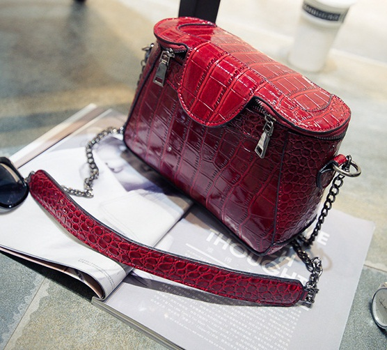 B2060 IDR.172.000 MATERIAL PU SIZE L23XH18XW9CM WEIGHT 650GR COLOR RED