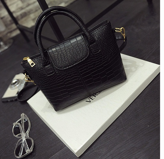B2083 IDR.168.000 MATERIAL PU SIZE L20-26XH17XW10CM WEIGHT 700GR COLOR BLACK