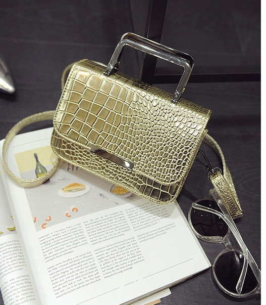 B2122 IDR.153.000 MATERIAL PU SIZE L19XH13XW7CM WEIGHT 500GR COLOR GOLD