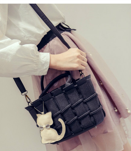 B2202 IDR.166.000 MATERIAL PU SIZE L22XH16XW10CM WEIGHT 600GR COLOR BLACK