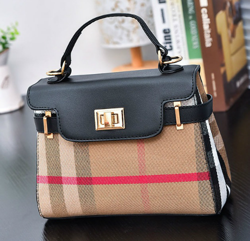B2319 IDR.173.000 MATERIAL CANVAS SIZE L22XH27XW11CM WEIGHT 600GR COLOR BLACK