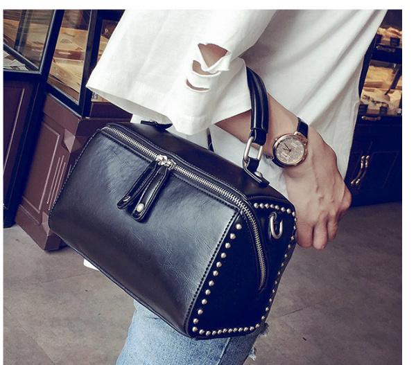 B2432 IDR.176.000 MATERIAL PU SIZE L22XH15XW13CM WEIGHT 700GR COLOR BLACK