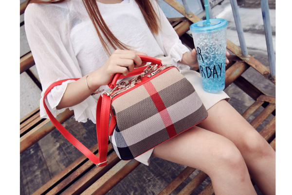 B2443 IDR.178.000 MATERIAL CANVAS SIZE L26XH15XW14CM WEIGHT 700GR COLOR RED