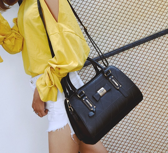 B2457 IDR.170.000 MATERIAL PU SIZE L31XH22XW13CM WEIGHT 800GR COLOR BLACK