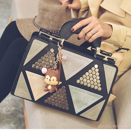 B2505 IDR.188.000 MATERIAL PU SIZE L31XH21XW11CM WEIGHT 850GR COLOR BLACK