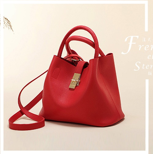 B2520 IDR.166.000 MATERIAL PU SIZE L29XH22XW13CM WEIGHT 600GR COLOR RED