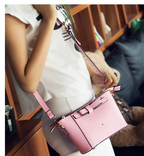 B2703 - Harga sebelum Diskon IDR.155.000 MATERIAL PU SIZE L23XH14XW9CM WEIGHT 500GR COLOR PINK