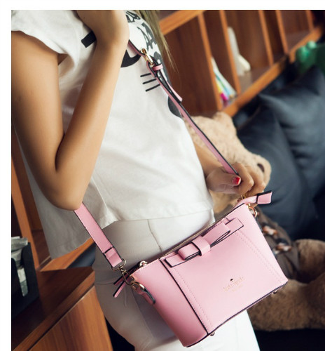 B2703 IDR.155.000 MATERIAL PU SIZE L23XH14XW9CM WEIGHT 500GR COLOR PINK