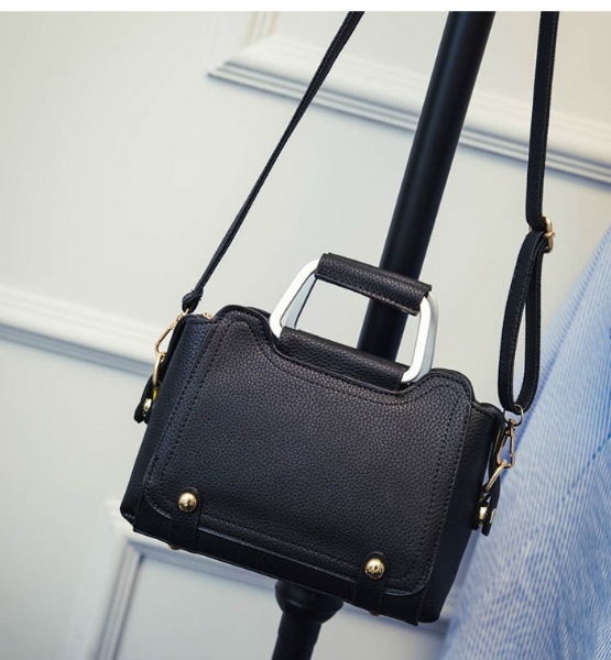 B2706 IDR.176.000 MATERIAL PU SIZE L22XH17XW10CM WEIGHT 750GR COLOR BLACK