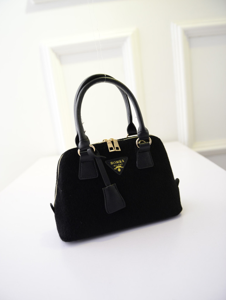 B293 IDR.176.000 MATERIAL VELVET SIZE L27XH18XW11CM WEIGHT 650GR COLOR BLACK