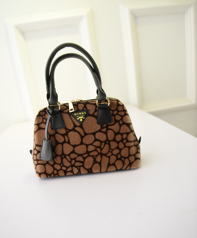 B293 IDR.176.000 MATERIAL VELVET SIZE L27XH18XW11CM WEIGHT 650GR COLOR BROWN