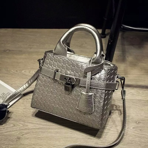 B3021 IDR.160.000 MATERIAL PU SIZE 20XH17XW10CM WEIGHT 550GR COLOR SILVER