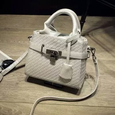 B3021 IDR.175.000 MATERIAL PU SIZE 20XH17XW10CM WEIGHT 550GR COLOR WHITE