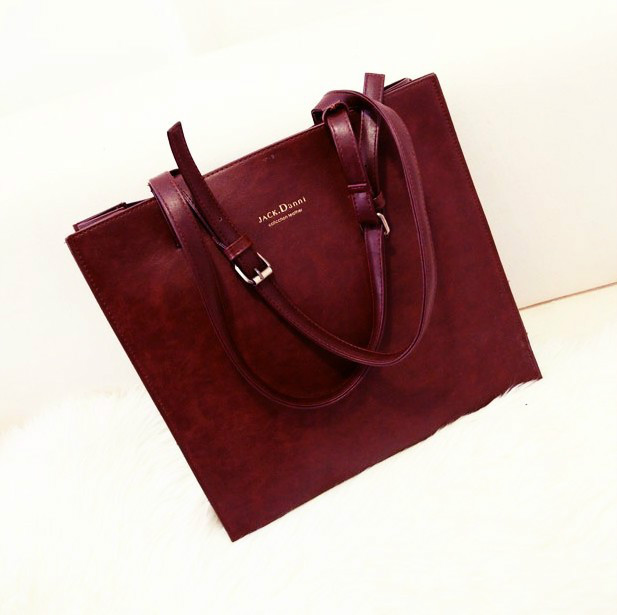B310 IDR.169.000 MATERIAL PU SIZE L35XH33XW7CM WEIGHT 800GR COLOR WINERED