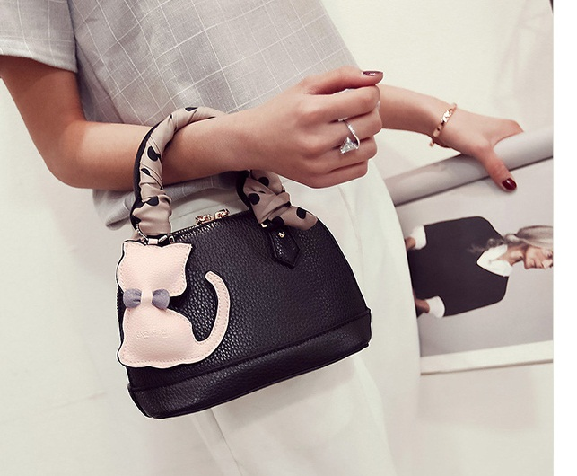 B322 IDR.180.000 MATERIAL PU SIZE L22XH15XW10CM WEIGHT 750GR COLOR BLACK