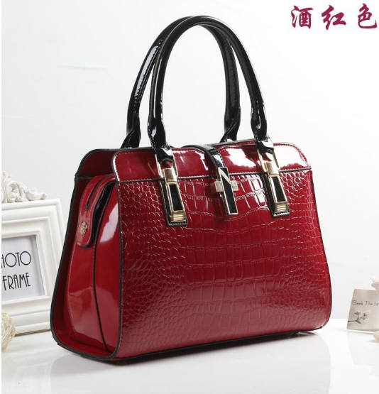 B3560 IDR.214.000 MATERIAL PU SIZE L33XH25XW15CM WEIGHT 900GR COLOR WINERED