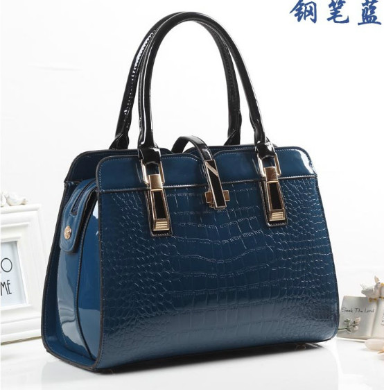B3560 IDR.223.000 MATERIAL PU SIZE L33XH25XW15CM WEIGHT 900GR COLOR BLUE