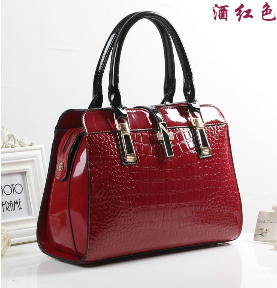 B3560 IDR.223.000 MATERIAL PU SIZE L33XH25XW15CM WEIGHT 900GR COLOR WINERED