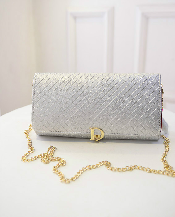 B433 IDR.180.000 MATERIAL PU SIZE L28XH16XW3CM WEIGHT 600GR COLOR SILVER