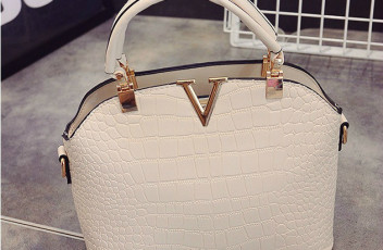 B437 IDR.178.000 MATERIAL PU SIZE L27XH22XW11CM WEIGHT 600GR COLOR BEIGE