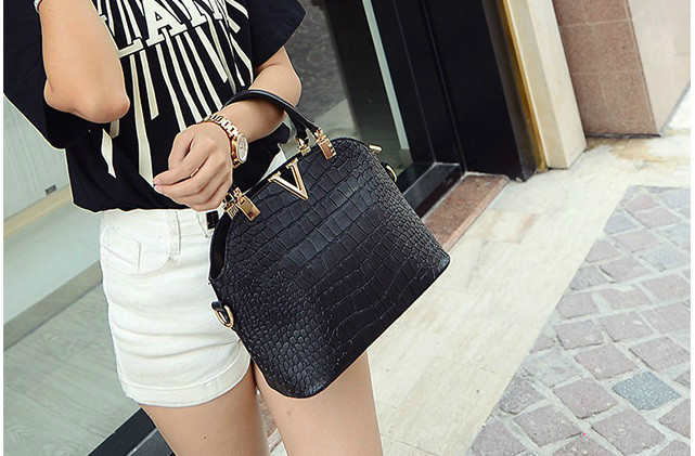 B437 IDR.178.000 MATERIAL PU SIZE L27XH22XW11CM WEIGHT 600GR COLOR BLACK
