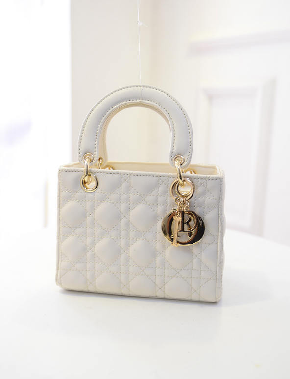 B438 IDR.184.000 MATERIAL PU SIZE L20XH15XW10CM WEIGHT 700GR COLOR BEIGE