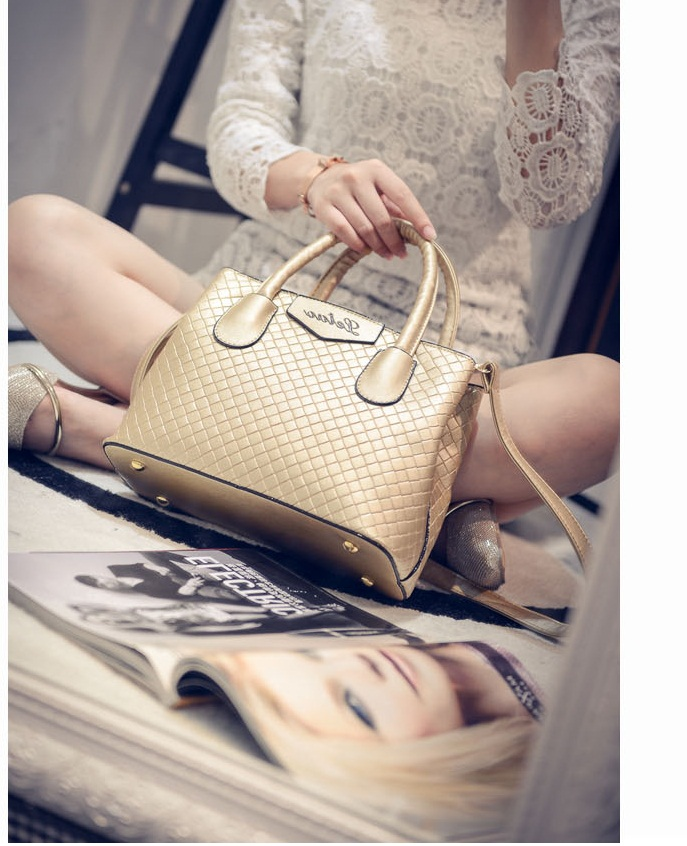 B474 IDR.175.000 MATERIAL PU SIZE L24XH18XW11CM WEIGHT 700GR COLOR GOLD