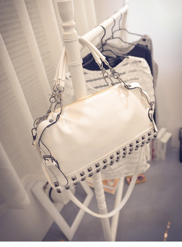 B496 IDR.205.000 MATERIAL PU SIZE L36XH20XW14CM WEIGHT 900GR COLOR WHITE