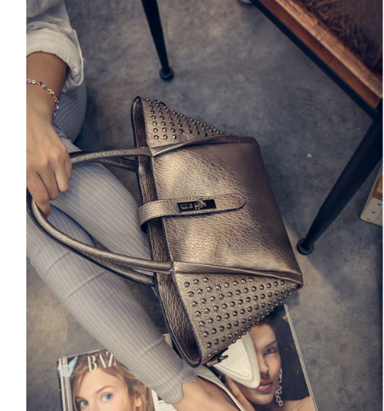 B525 IDR.195.000 MATERIAL PU SIZE L25-50XH25XW14CM WEIGHT 750GR COLOR GOLD