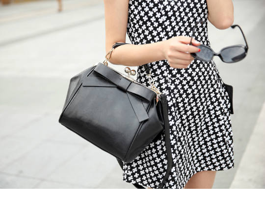 B530 IDR.186.000 MATERIAL PU SIZE L36XH23XW14CM WEIGHT 700GR COLOR BLACK